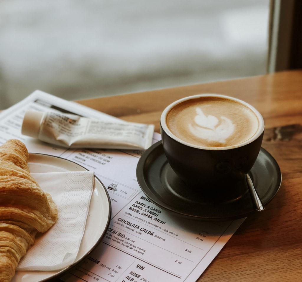 Café con leche y croissant, siempre buenos compañeros de viaje