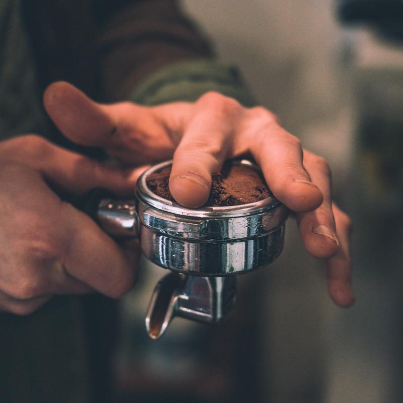 Antes de colocar el portafiltros en la cafetera, es aconsejable retirar de los bordes los residuos del café molido.